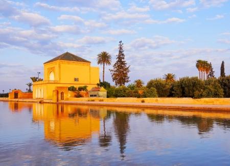 マラケシュ、モロッコ、アフリカのメナラ庭園のサーディン朝庭のパビリオン