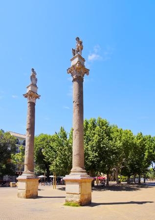 columnas romanas: Columnas romanas de la Alameda de H�rcules en Sevilla, Andaluc�a, Espa�a