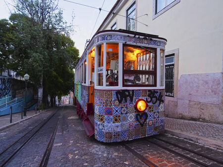 gloria: Funicular going up the Calcada da Gloria street in Lisbon, Portugal