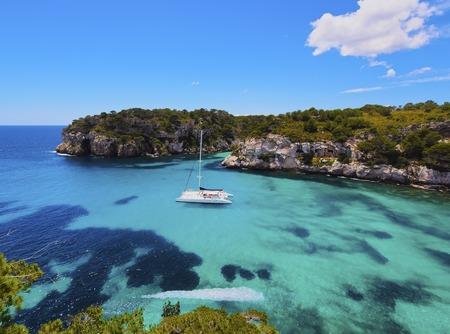 メノルカ島、バレアレス諸島、スペインのカラ Macarella のカタマラン