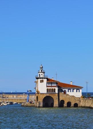 croix rouge: Croix-Rouge Station de Sauvetage de la mer dans le port de Getxo, pr�s de Bilbao, la Biscaye, Pays Basque, Espagne