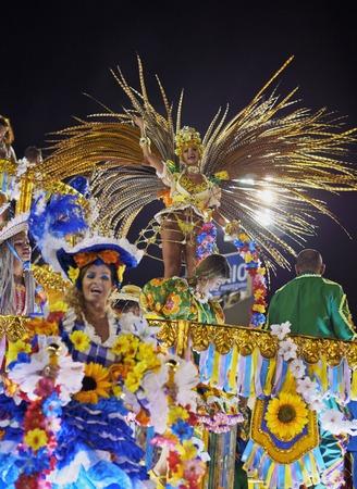 ブラジル、リオ ・ デ ・ ジャネイロ, リオ ・ デ ・ ジャネイロ市サンバ ダンサーの Sambadrome マルケス ・ デ ・ Sapucai でカーニバルのパレードでの状 報道画像