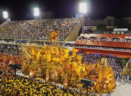 Brasilien, Bundesstaat Rio de Janeiro, der Stadt Rio de Janeiro, Karneval Parade am Sambódromo. Standard-Bild - 63615954