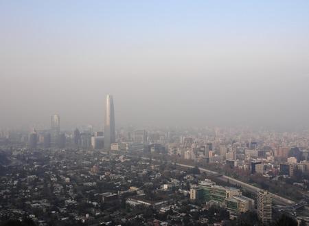 mundo contaminado: Chile, Santiago, Vista desde el Parque Metropolitano hacia los edificios elevados con la Torre Costanera Center, el edificio más alto de América del Sur. Pesado smog sobre la ciudad. Foto de archivo