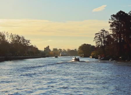 Argentinien, Provinz Buenos Aires, Tigre, Ansicht des Kanals auf dem Lujan Fluss.