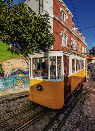 ascensor: Portugal, Lisbon, View of the Gloria Funicular.