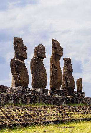 rapanui: Moais en Ahu Vai Uri, Complejo Arqueológico Tahai, Parque Nacional Rapa Nui, Isla de Pascua, Chile