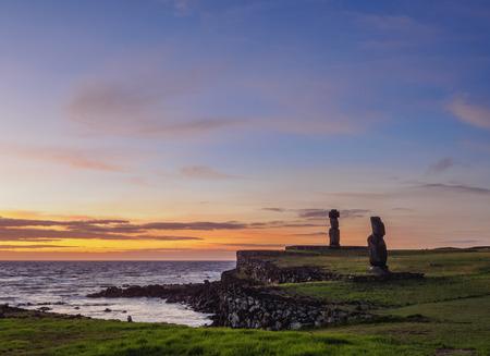 Moais en el complejo arqueológico de Tahai al atardecer, Parque Nacional Rapa Nui, Isla de Pascua, Chile
