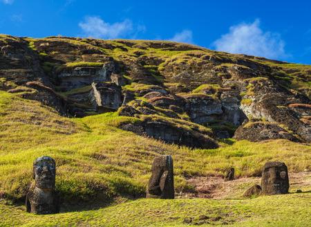 Moais en la cantera en la ladera del Volcán Rano Raraku, Parque Nacional Rapa Nui, Isla de Pascua, Chile Foto de archivo
