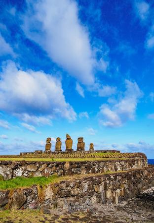Moais en Ahu Vai Uri, Complejo Arqueológico Tahai, Parque Nacional Rapa Nui, Isla de Pascua, Chile