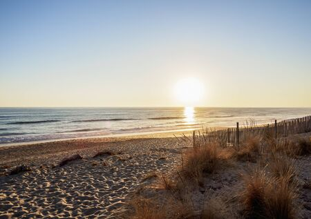 Faro Beach bei Sonnenuntergang, Ilha de Faro, Naturpark Ria Formosa, Faro, Algarve, Portugal