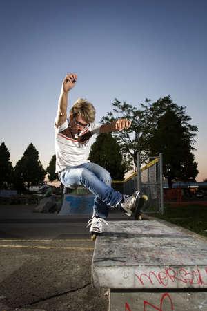 """grind: """"Inline"""" una patinadora haciendo grind en el banco"""