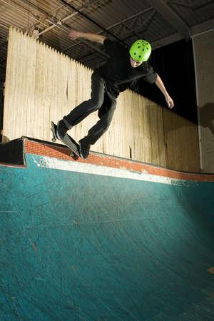 grind: Skater haciendo una rutina en la pista en el Skatepark
