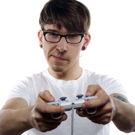 jugando videojuegos: Joven con tatuajes juegos de video en el fondo blanco Foto de archivo