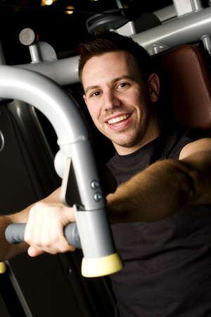 man working out: Joven, trabajo en equipo de ejercicio