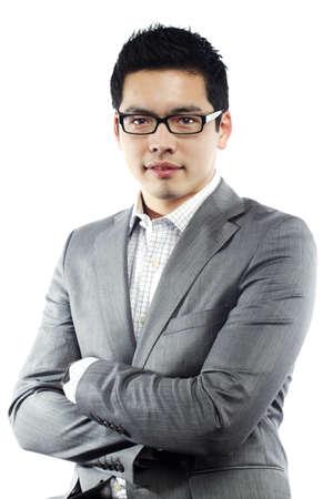 Asian male model: Người đàn ông châu Á trẻ trong trang phục kinh doanh khoanh tay