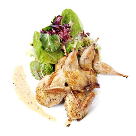codorniz: Codorniz con ensalada verde y p�rpura en el plato blanco