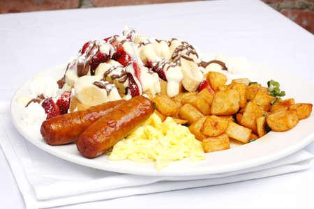 papas doradas: Huevos salchicha portatos y waffle con frutas con chocolate y crema