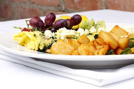 papas doradas: Tortilla de estilo griego con una variedad de frutas y hash browns