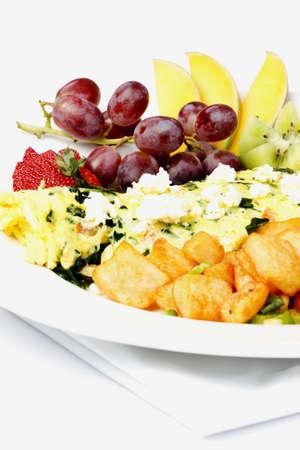 papas doradas: Tortilla de estilo griego con diversas frutas y hash browns Foto de archivo