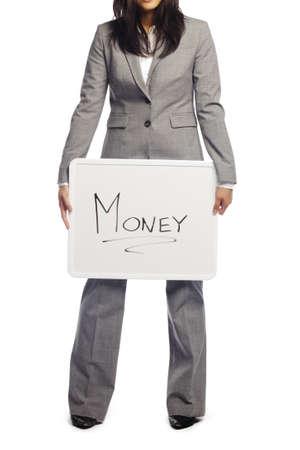composition vertical: Donna d'affari Disoccupati sofferenza a causa della recessione in possesso di un cartellone con i soldi su scritto su sfondo bianco - composizione verticale