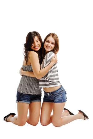 amigos abrazandose: Lindos amigos muy femeninas abrazos entre s� en el fondo blanco