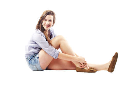 belle brunette: Belle jeune femme avec un sourire incroyable de vêtements d'été assis