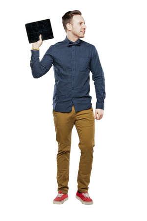 bow tie: Hombre inconformista en pajarita mirando elegante que usa la tableta Foto de archivo