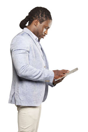 black business man: Homme d'affaires en costume noir l�ger utilisant un ordinateur tablette sur fond blanc