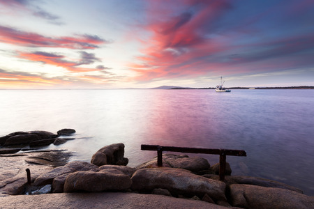 A beautiful pink sunrise over the calm harbour of Port Lincoln in South Australia. 版權商用圖片