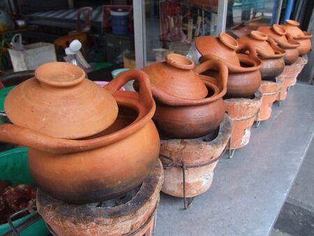 ollas de barro: Macetas de barro para cocinar fuera de un restaurante en Tailandia.