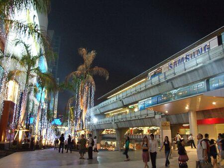 BANGKOK, THAILAND - DECEMBER 28 : Busy Siam paragon shopping center and sky train in central Bangkok December 28, 2005 in Bangkok.  Stock Photo - 7492381