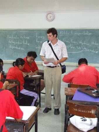 SCHOOL SEEKAN, BANGKOK, Thaïlande- 11 mai: Les élèves sont assis dans la salle de classe apprendre l'anglais. Ecole Seekan, Don Muang 11 mai 2005 à Bangkok. Banque d'images - 7492414