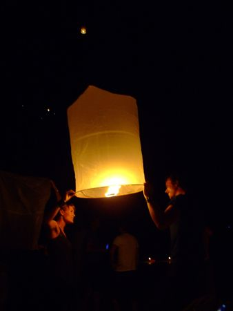 KOH TAO, THAILAND - DECEMBER 23: People light Chinese sky lanterns on the beach to celebrate Christmas on December 23, 2007 in Koh Tao.  Stock Photo - 7492434