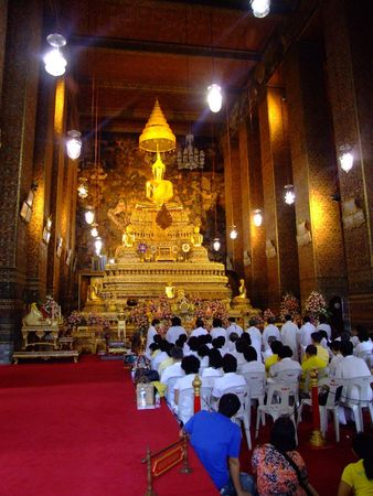 BANGKOK, THAILAND - JANUARY 7: Thai people in Wat Arun worshiping Buddha on January 7, 2007 in Bangkok.