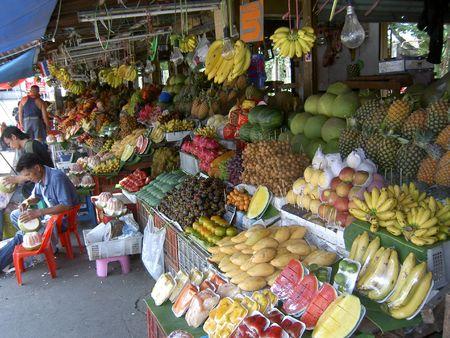 PATTAYA, Thailandia - 12 marzo: Thai gente vende frutta in un mercato il 12 marzo 2005 a Pattaya.