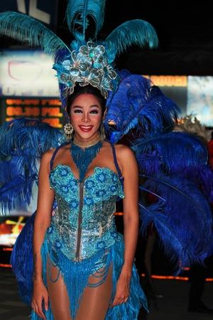 transexual: Koh Samui, Tailandia - 14 DE SEPTIEMBRE: Travestis destacan por la noche en la publicidad Haad Chewang �rea discoteca de Miss Tiffany espect�culo drag queen en Chewang el 14 de septiembre de 2011 en Koh Samui.