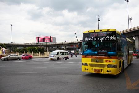 transmute: BANGKOK - 27 de junio Victory Monument rotonda bajo un cielo nublado el 27 de junio de 2012 en Bangkok, Tailandia