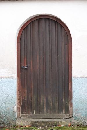 caoba: Arqueado Caoba Puerta de madera marrón, Alemania.
