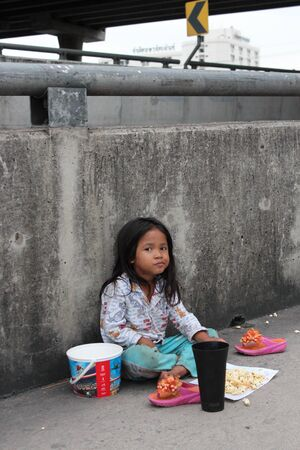 feed the poor: Editorial: Young Girl Begging on Concrete Walkway Over Motorway Interchange, Rangsit, Pathumthani, North Bangkok, 19th October 2013. Editorial