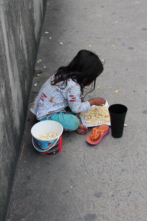 mundo contaminado: Editorial: Young Girl Begging on Concrete Walkway Over Motorway Interchange, Rangsit, Pathumthani, North Bangkok, 19th October 2013. Editorial