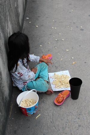 mundo contaminado: Editorial: Chica joven que pide en concreto Pasarela de intercambio autopista, Rangsit, Pathumthani, Norte Bangkok 19 de octubre de 2013.