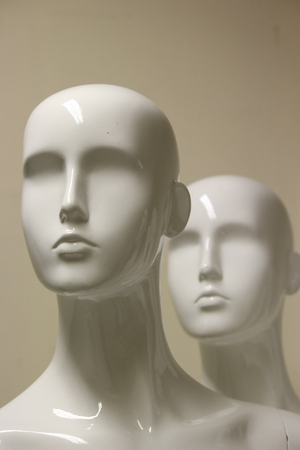 featureless: Female Mannequins in Shades of Grey and Beige.