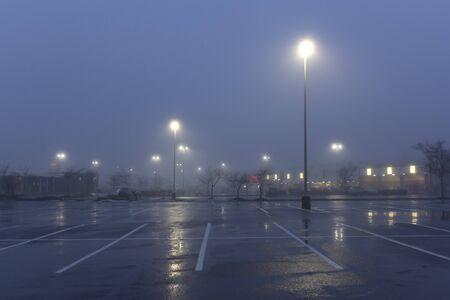 Vroeg in de ochtend mistig parkeerplaats