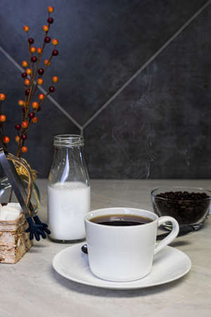Hot cup of coffee on the kitchen counter 版權商用圖片 - 152245395