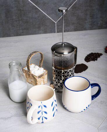 Coffee brews in a French press. 版權商用圖片 - 142622889