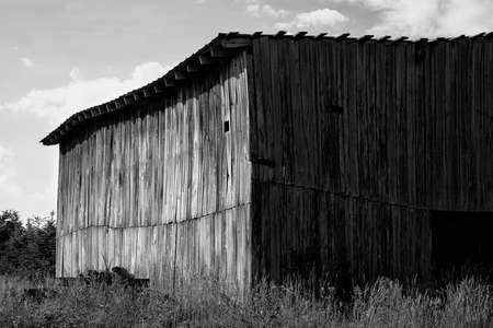 Monochrome view of old wooden barn 版權商用圖片 - 151706955
