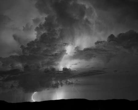 Monochrome view of multiple lightning strikes during summer thunderstorms in western North Carolina. 版權商用圖片
