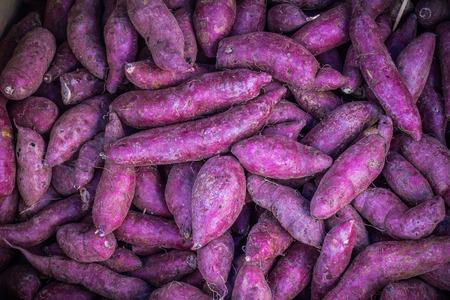 紫さつまいも野菜市場の多くの山。