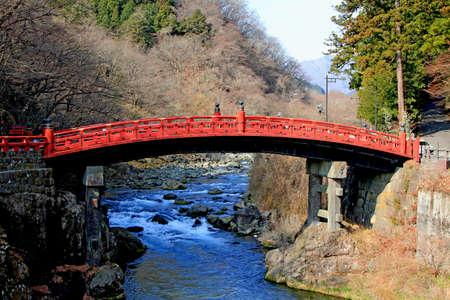 신쿄 교는 다이야 강 건너편에 닛코의 신사와 사원 입구가 붉은 옻칠로 된 다리로 일본의 3 대 교량 중 하나로 선정되었습니다.